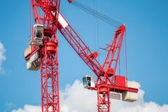 Пары красных кранов башни конструкции индустрия иконы дома конструкции принципиальной схемы кирпича предпосылки пользуется ключом Стоковые Фото