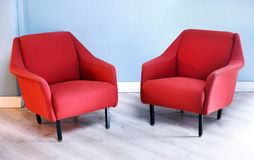 Пары красных ретро стульев руки в живущей комнате Стоковые Изображения