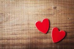 Пары красных сердец на винтажном взгляд сверху деревянного стола Поздравительная открытка дня валентинок Святого Стоковая Фотография RF