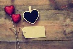 Пары красных сердец яркого блеска и пустой бирки Стоковые Изображения