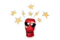 Пары красных солнечных очков перчатки бокса нося с звездами вокруг Стоковое Изображение RF