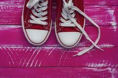 пары красных тапок с белыми шнурками Стоковые Изображения