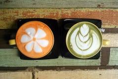 Пары красочных тайских чашек чая на деревянной предпосылке Стоковые Изображения