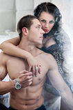 пары кровати представляют романтичное сексуальное Стоковые Изображения