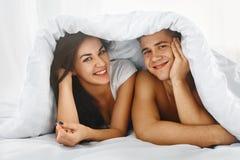 пары кровати счастливые стоковое фото