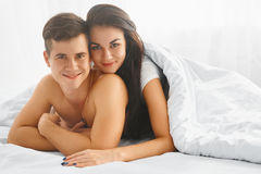 пары кровати счастливые стоковые фотографии rf