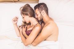 пары кровати счастливые Стоковые Изображения RF
