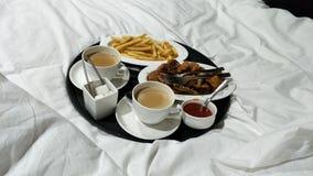 Пары кровати frenchfries чая завтрака доброго утра Стоковое Фото