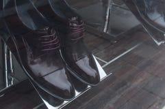 пары классических ботинок для людей в showro людей моды Стоковые Изображения RF