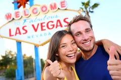 Пары Лас-Вегас счастливые на знаке Стоковые Изображения
