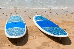 Пары лож surfboards на песчаном пляже Стоковые Изображения RF