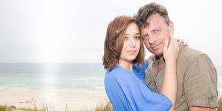 2 пары любовников на каникулах праздника, наслаждаются жизнью и обнимаются на красивом пляже Стоковые Фотографии RF