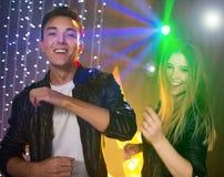 Пары любящих танцев молодого человека и женщины и потеха иметь в a Стоковая Фотография RF
