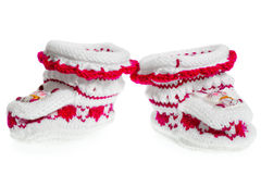 Пары малых теплых bootees для девушки на белой предпосылке Стоковые Фотографии RF