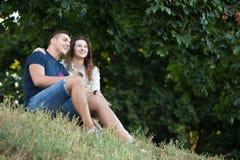 Пары мечтая в парке Стоковые Изображения