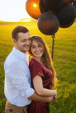 Пары медового месяца романтичные в влюбленности на восходе солнца поля Стоковое Изображение