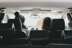 Пары молодого человека и женщины в автомобиле с картой бумаги Любовная история перемещения стоковые изображения