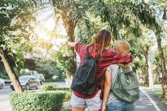 Пары молодых азиатских женщин стоя вдоль улицы наслаждаясь их образом жизни города на мероприятиях на свежем воздухе выходных жда Стоковая Фотография RF