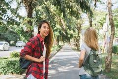 Пары молодых азиатских женщин стоя вдоль улицы наслаждаясь их образом жизни города на мероприятиях на свежем воздухе выходных жда Стоковые Изображения