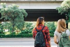 Пары молодых азиатских женщин стоя вдоль улицы наслаждаясь их образом жизни города на мероприятиях на свежем воздухе выходных жда Стоковое Изображение RF
