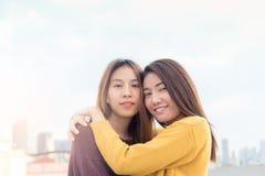 Пары молодых азиатских женщин na górze здания с счастьем mo Стоковые Изображения RF