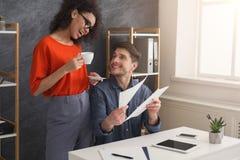 Пары молодых коллег работают на современном офисе Стоковое фото RF