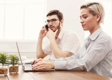 Пары молодых коллег работая на современном офисе Стоковое фото RF