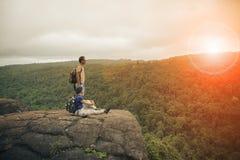 Пары молодой путешествуя trekking человека и женщины ослабляя на ro Стоковые Фотографии RF
