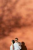 Пары молодые люди имея потеху на летний день Стоковое фото RF