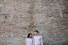 Пары молодые люди имея потеху на летний день Стоковое Изображение