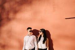 Пары молодые люди имея потеху на летний день Стоковое Изображение RF
