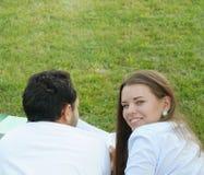 Пары молодых студентов изучая снаружи в парке Стоковое фото RF