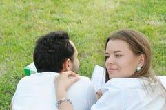 Пары молодых студентов studing снаружи в парке Стоковые Изображения RF