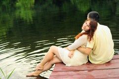 Пары молодых любовников на пристани Стоковое Фото