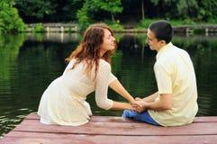 Пары молодых любовников на пристани Стоковая Фотография