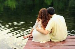Пары молодых любовников на пристани Стоковое фото RF