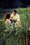 Пары молодых любовников обнимая на пристани Стоковые Изображения RF