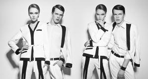 Пары моды в белой сюите стоковые фотографии rf