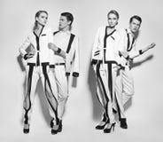 Пары моды в белой сюите стоковая фотография