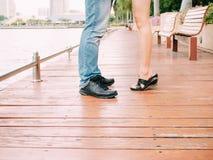 Пары мужских и женских ног во время целовать датируют - полюбите и Стоковая Фотография RF