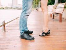 Пары мужских и женских ног во время целовать датируют Стоковое фото RF