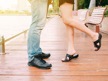 Пары мужских и женских ног во время целовать датируют Стоковое Изображение RF