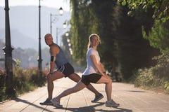 Пары нагревая и протягивая перед jogging Стоковое Фото