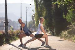 Пары нагревая и протягивая перед jogging Стоковые Изображения