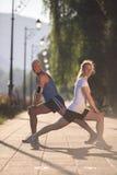 Пары нагревая и протягивая перед jogging Стоковая Фотография RF