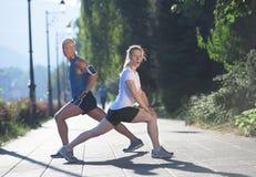 Пары нагревая и протягивая перед jogging Стоковые Фотографии RF