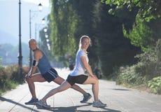 Пары нагревая и протягивая перед jogging Стоковые Фото