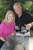 пары наслаждаясь вином стоковая фотография