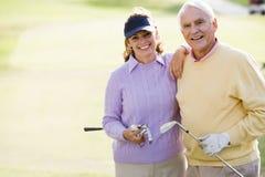 пары наслаждаясь гольфом игры Стоковая Фотография RF