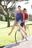 Пары наслаждаясь ездой цикла Стоковая Фотография RF